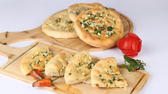 Makhni Garlic Naan Recipe | Tarka